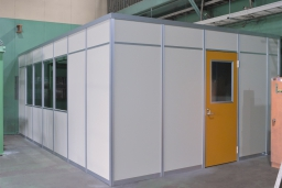 【施工インタビュー 011】 工場内に個室を作るなら、サイズを自由に選べるパーテーション!