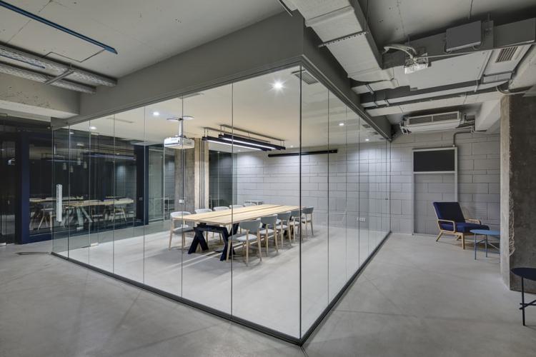 ガラスパーテーションを使ってキレイで機能的な空間を作る パーテーションnews オフィスのパーテーション