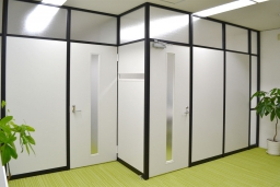 施工事例007 お部屋の使用目的に合わせて、最適な製品を組み合わせ!(KJK韓国語学院さま)
