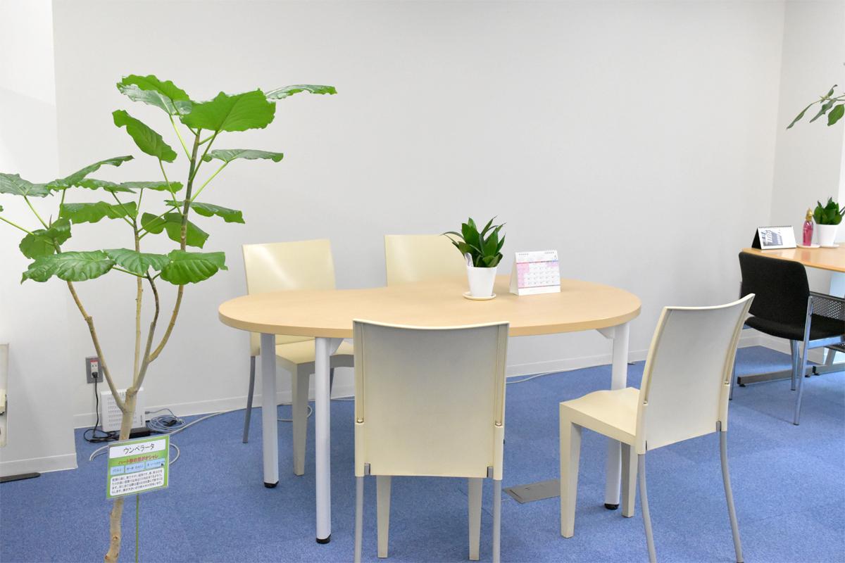 植物がいっぱいで開放感のある打ち合わせスペース