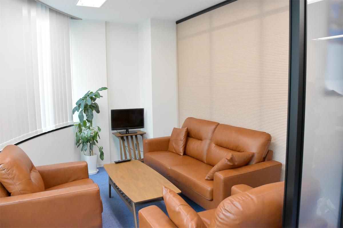 パーテーションとブラインドを組み合わせた会議室の施工事例(ブラインド閉)