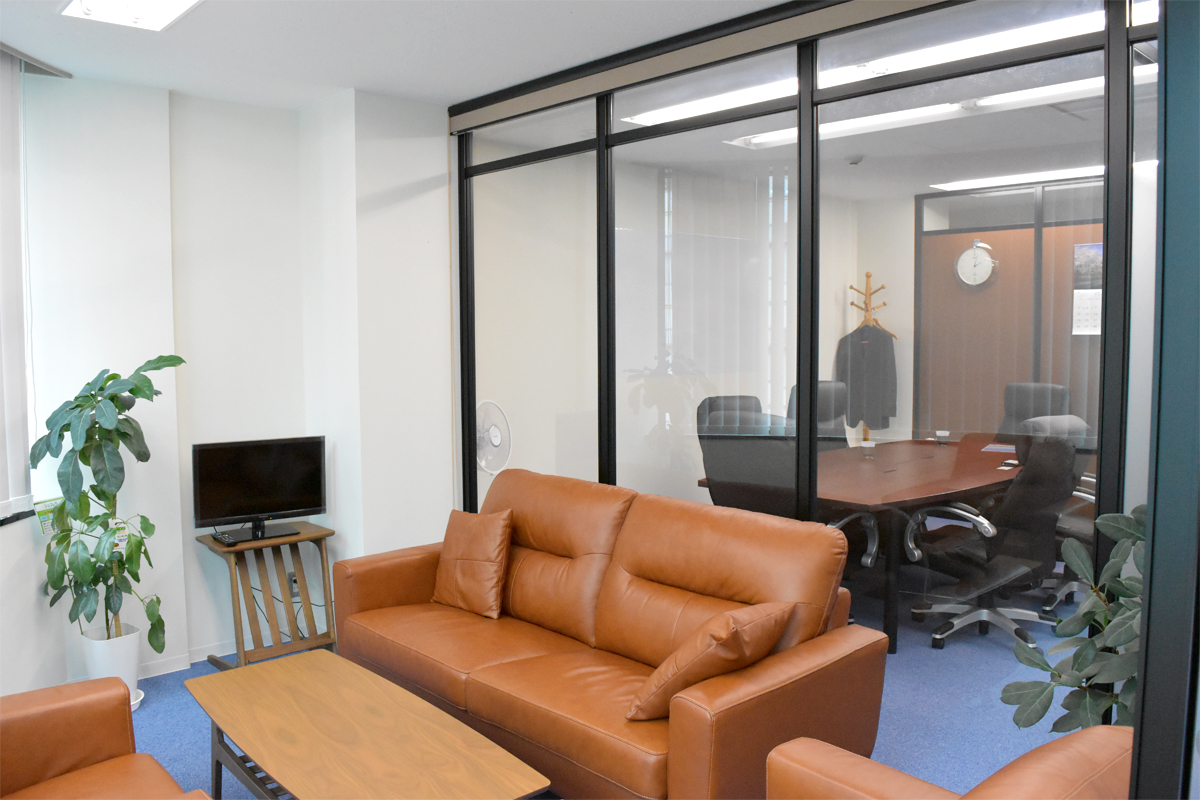パーテーションとブラインドを組み合わせた会議室の施工事例(ブラインド開)
