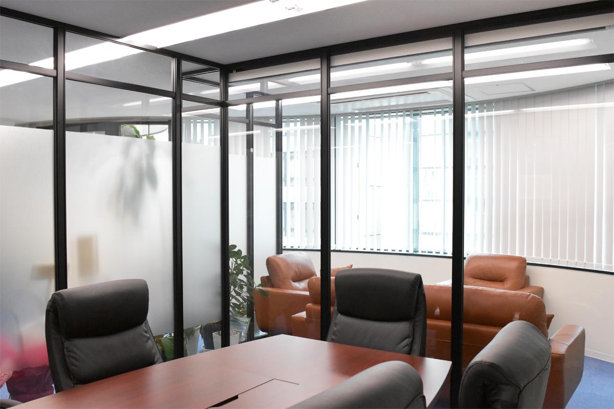 開放感のあるガラスの会議室の施工事例