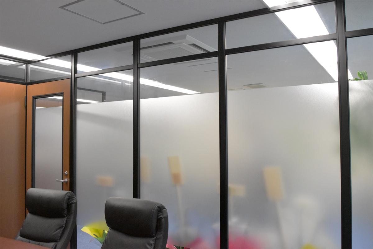 外から見えないガラスの会議室の施工事例